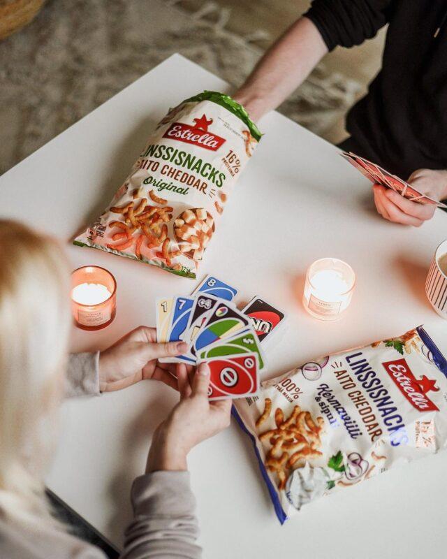 Kaksi herkullista ja proteiinipitoista Linssisnacksia hemmottelevat juuston ystävien makuhermoja. 😋 Molemmissa on valmistuksessa käytetty aitoa cheddaria ja toinen on maistuvalla kermaviili & sipuli twistillä. Herkuttele yksin tai yhdessä. 🤩  #linssisnacks #ilontähden #peliilta #viikonloppu #yhdessä #kaverit #estrellasuomi #snacksit #herkku