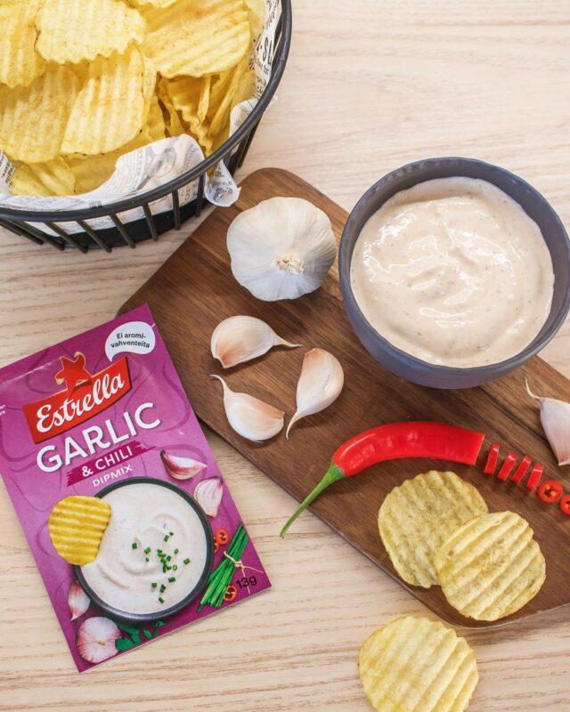 ARVONTA! Oletko jo maistanut uutta Garlic & Chili dippiä? Haluamme lähettää maistiaisen 50 seuraajallemme. 😍   Ota @estrellasuomi tili seurantaan ja kerro mitä sipsejä tai herkkuja yleensä dippailet, niin olet mukana arvonnassa. Osallistu viimeistään sunnuntaina 24.1. Lähetämme uutuusmaistiaiset voittajille, jotka arvotaan 25.1. Onnea arvontaan! 🥳  Kun osallistut kilpailuun, hyväksyt, että saamme ja hallinnoimme henkilökohtaisia tietojasi ottaaksemme yhteyttä voittajaan. Kaikki henkilökohtaiset tiedot poistetaan yhden vuoden kuluessa. Tarkemmat tiedot yksityisyydensuojastamme löydät täältä: https://www.estrella.fi/rekisteriseloste/