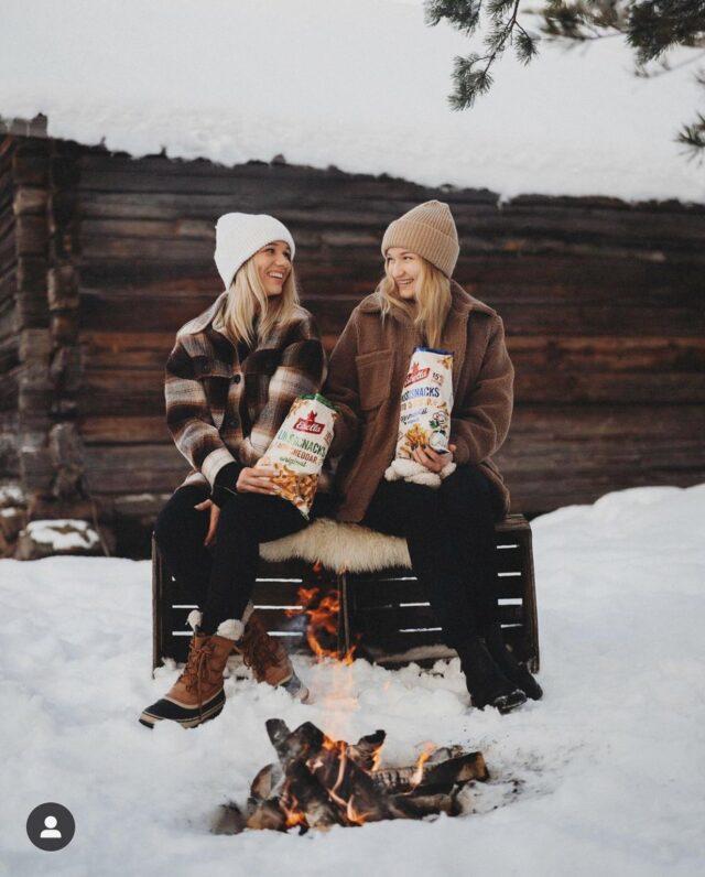 Nautitko snackseja yleensä yksin vai yhdessä muiden kanssa? 😊🔥   Ihanasta kuvasta kiitos @anniiiris ❤️  #ilontähden #linssisnacks #estrellasuomi #sipsit #viikonloppu #retkeily #nuotio #ystävät