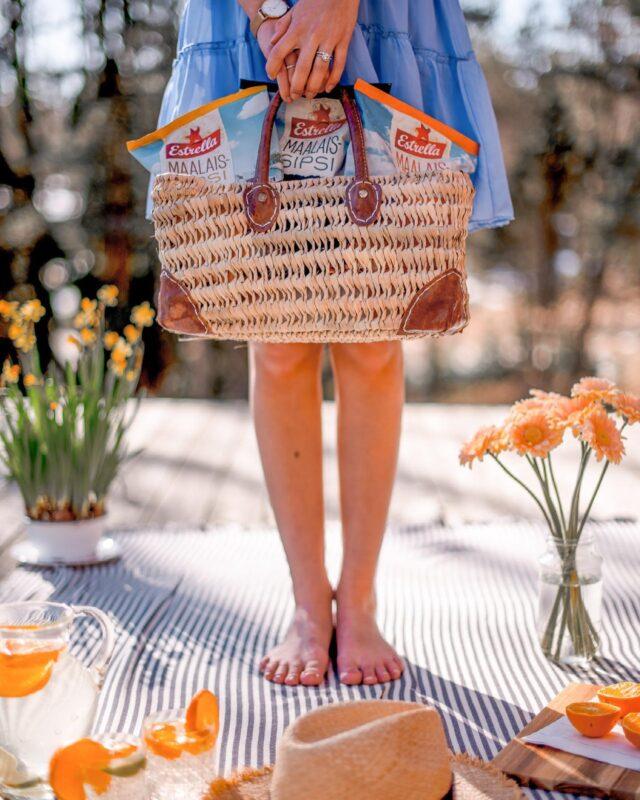 Kuka aikoo syödä sipsejä vappuna? 🙋🏻♀️🙋🏼♂️Maalaissipsipussit ovat täydellisen kokoisia vappupiknikille. 👌  #vappu #piknik #ilontähden #vappupiknik #maalaissipsit #sipsit #oispasipsiä