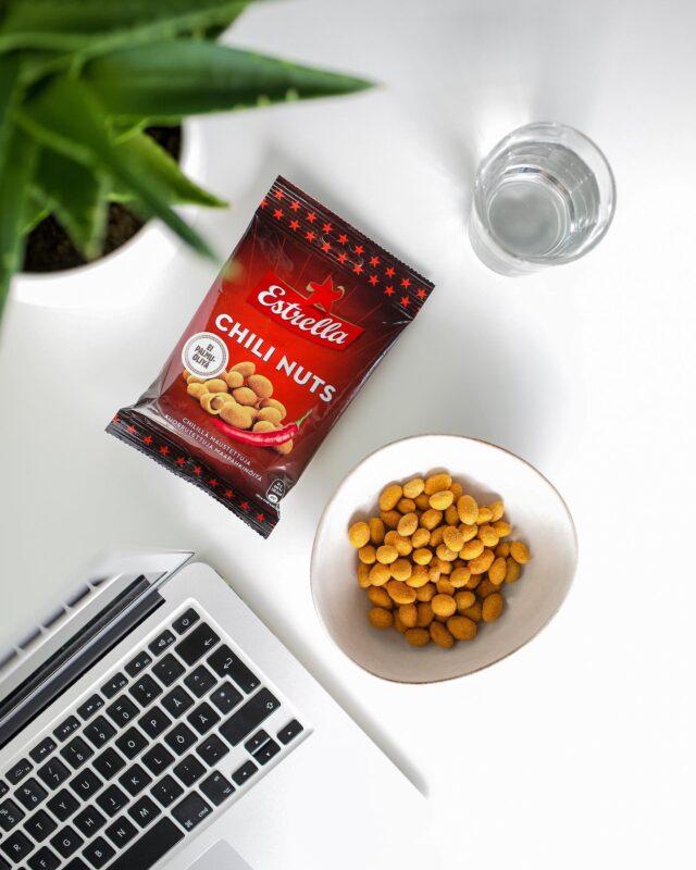 Kaipaatko hyvää naposteltavaa työpöydällesi? Klassiset Chilipähkinät maistuvat niin töissä kuin vapaa-ajalla! 😋